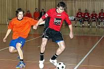 Snímek z úvodního dne 16. ročníku Frýdecko-místecké ligy v sálové kopané. Nedělní odpoledne patřilo první lize.