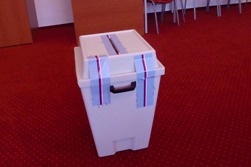 Volby v Žermanicích na Frýdecko-Místecku. Urna s poškozenou pečetní páskou.