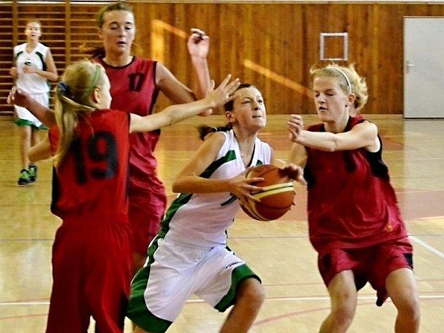 Hráčky BK FM Zubková (9), Losertová (17) a Ručková (19) zastavují protiútok ostravské soupeřky.