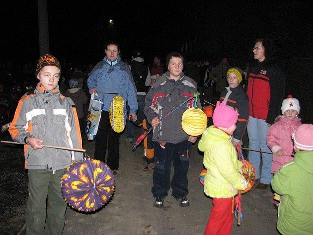Druhý ročník lampionového průvodu, který v pátek 13. listopadu prošel přes obec Janovice, přilákal kolem pěti set lidí. S dětmi se na pochod s lampiony vydali i rodiče.