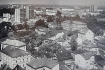 Pohled z věže kostela sv. Jana Křtitele směrem k sídlišti Nad Lipinou se v průběhu posledního půlstoletí výrazně měnil, jak dokládají tyto snímky. Přibyly nové stavby, jiné naopak zanikly, změnil se ráz podstatné části města.