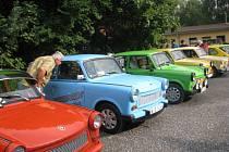 Klub přátel modrého dýmu Slezsko připravil víkendový sraz trabantistů. Do autokempu v Lučině se v sobotu sjelo celkem 64 aut.
