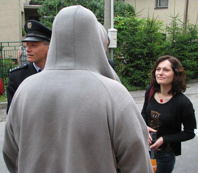 Oloupený muž chtěl zůstat v anonymitě, při fotografování souhlasil pouze s pohledem, kdy nemůže být identifikován. Na snímku hovoří s novináři, vlevo policejní mluvčí Ivan Žurovec.