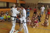 Kolem čtyřiceti dětí si přišlo do tělocvičny Základní školy Petra Bezruče zacvičit taekwondo s oddílem Taekwon-Do ITF Joomuk Frýdek-Místek.