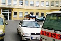 Bezohlední řidiči blokují v areálu Nemocnice Třinec průjezd sanitkám.