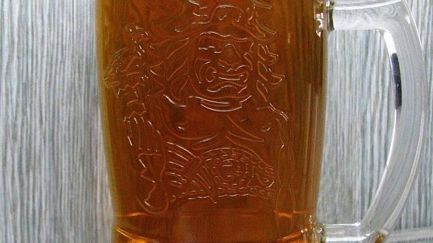 Do zbrusu nových půllitrů a třetinek začínají hostinští čepovat pivo Radegast. Na trh postupně míří půl milionu krýglů a sklenic, jejichž podobu navrhl uznávaný český designér Jan Čapek. Dominantou je pohanský bůh Radegast.