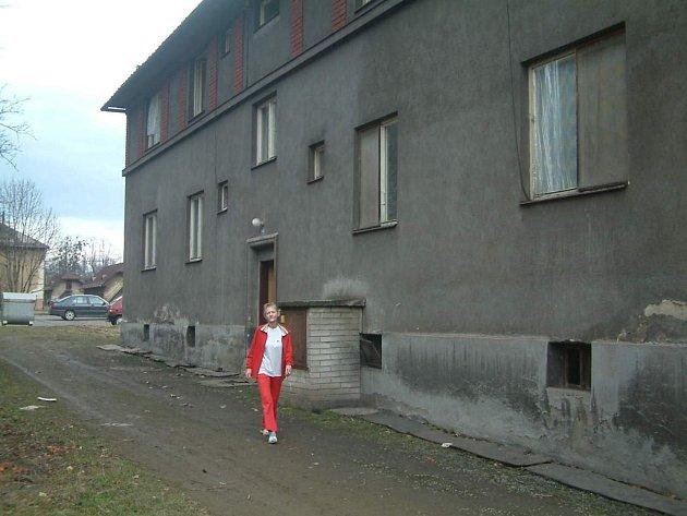 Žena jde kolem domu v Dolní Lištné, v němž se odehrála násilná smrt. Událost se stala za okny bytu v prvním patře (zcela vlevo).