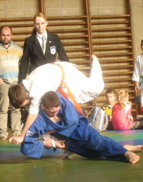Mladý judista Vít Jerglík (v tmavém) vybojoval v kategorii starších žáků bronzovou medaili.
