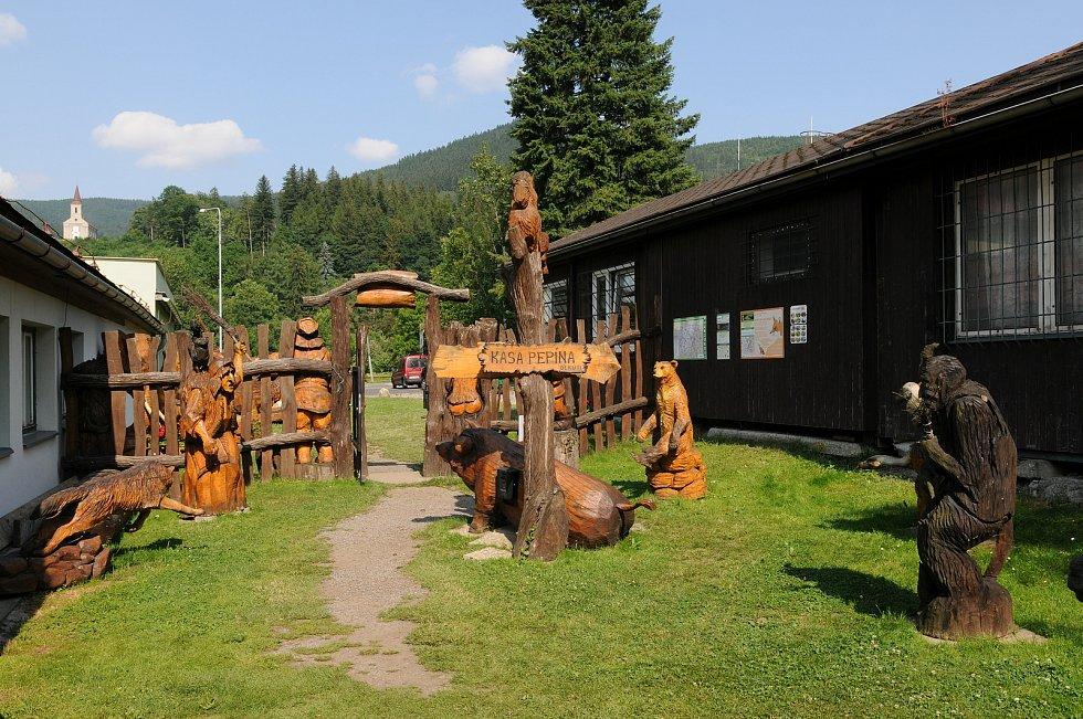 Ráj dřevěných soch v Ostravici.