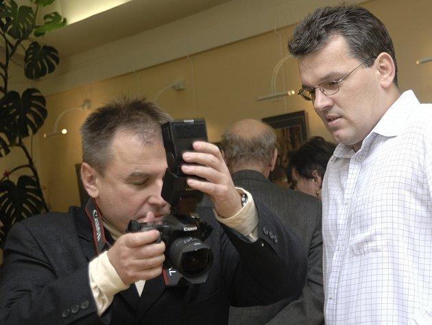 Fotograf Petr Prudký (vlevo) během vernisáže své výstavy v Brušperku.