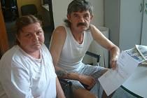 Danuše Slípková a její přítel v redakci ukazují výpověď z ubytovny.