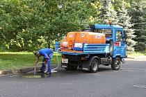 V rámci blokového čištění ulic prochází očistou i kanálové vpusti. Proto, aby čištění vůbec mohlo proběhnout, je však nejdříve nutné z dané lokality přeparkovat všechna vozidla.