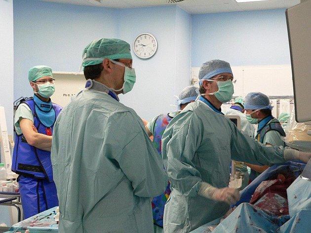lustrační snímek zachycuje práci lékařů v Nemocnici Podlesí.