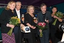 Gabriela Vránová (uprostřed) dorazí v říjnu do Bašky společně se svým synem Ondřejem Kepkou (po její levici).