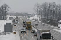 Rychlostní komunikace R48 v Horních Tošanovicích, vlevo sjezd ve směru na Třinec, kde se nová silnice postaví až za několik let.