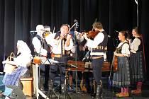 Tanec, zpěv a cimbálová muzika. Sobotní večer ve frýdecko-místeckém kině Petra Bezruče patřil folkloru.