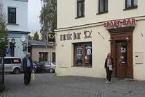V baru Stará pošta, který se nachází kousek od místeckého náměstí Svobody, okradl zlodějíček jednu ženu.