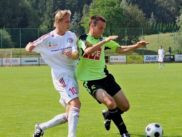 Na snímku z minulého utkání zastavuje třineckého Pavla Malíře (vlevo) hostující Špidlen.