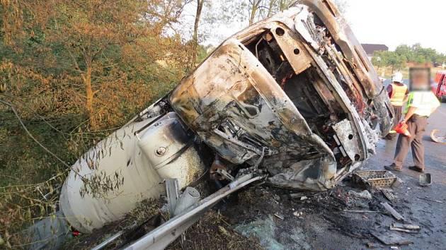 Tři jednotky hasičů zasahovaly v sobotu ráno u požáru nákladního automobilu po dopravní nehodě v Třinci-Neborech, na silnici 1/11.