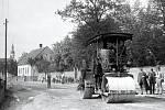 Válcování ulice Místecké v roce 1925 pod dohledem starosty Čestmíra Dvořáčka (první zprava) a velkostatkáře (dříve hraběte) Otty von Stolberg zu Stolberg (třetí zprava). V pozadí vše sledují děti vycházející z klášterní školky.