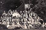 Členové ochotnického divadla v roce 1926.