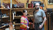 K. M. Saddlery. Tak se jmenuje firma manželů Radoslava a Martiny Zlých, kteří jsou schopní zkůže vyrobit prakticky cokoliv.
