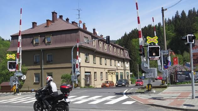 Jeden z patnácti přejezdů, které zmodernizovala Správa železniční dopravní cesty na trati mezi Frýdlantem a Ostravicí. To přispělo i k plynulosti silničního provozu.