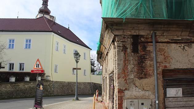 Zchátralý dům na rohu frýdeckého náměstí.