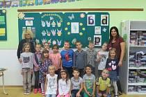 Žáci 1.B Základní školy Petra Bezruče v Třinci s třídní učitelkouMartinou Kohutovou a asistentkou Annou Otrubovou.
