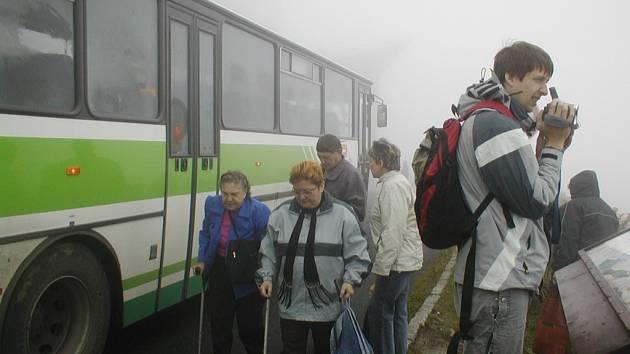 Archivní snímek zachycuje autobus u vrcholu Lysé hory.