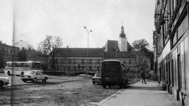 Součástí náměstí je také frýdecký zámek. Po zabrání Habsburkům byl v nucené správě. Zámek byl využíván jako sídlo různých úřadů, pak jako ředitelství státních lesů. Do zámku bylo roku 1960 přestěhováno muzeum, které začalo postupnou obnovu zámku.