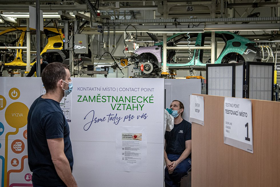 Zdravotnící testují na koronavirus zaměstnance automobilky Hyundai, 15. března 2021 v Nošovicích.