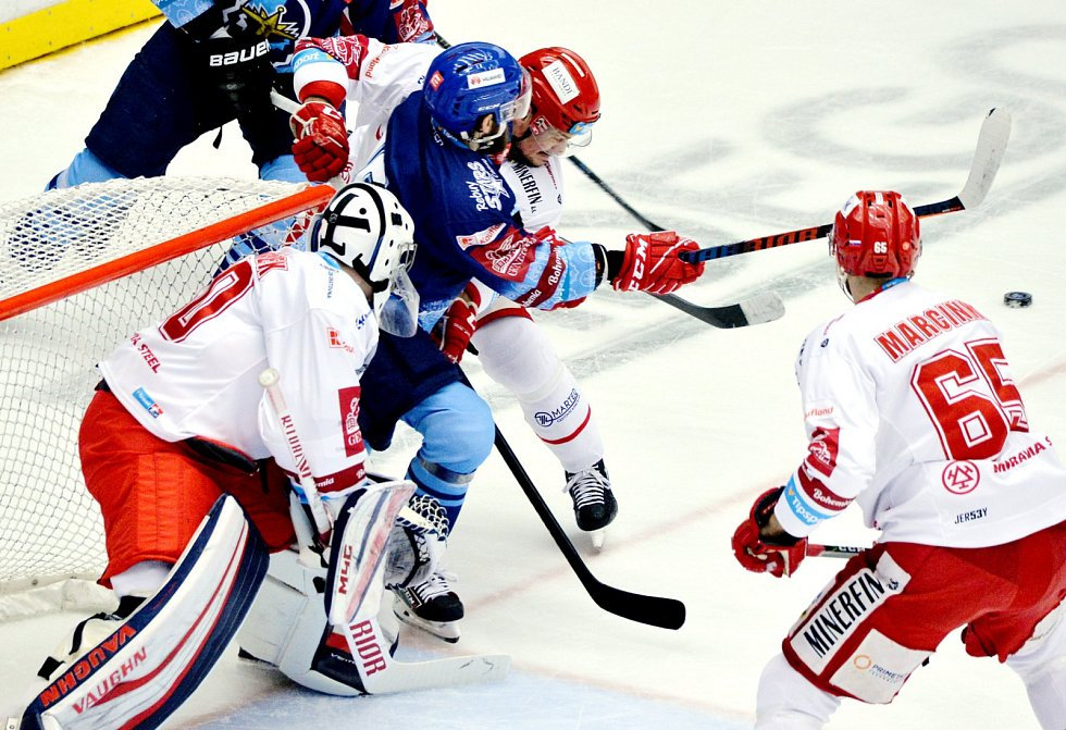 Třinečtí hokejisté (v bílém) si proti Kladnu zahráli poslední letošní domácí zápas.