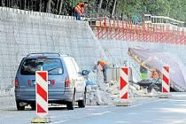 Stavbaři momentálně pracují na opravě opěrné zdi poblíž třineckého nádraží.