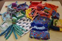 Chobotničky a čepičky pro novorozence v Nemocnici Nový Jičín