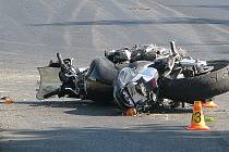 Obě nohy si při srážce s traktorem zlomil mladý motorkář ve čtvrtek odpoledne nedaleko zemědělského družstva v Nošovicích.