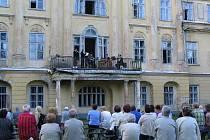 Koncert na hnojnickém zámku přilákal odhadem sto padesát posluchačů.