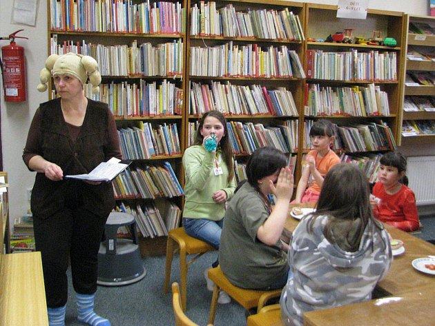 Knihovna v Dobré se pravidelně zapojuje i do celostátní akce Noc s Andersenem, na jejíž organizaci se Dagmar Španihelová samozřejmě podílí. Na snímku vlevo je s mladými čtenáři.