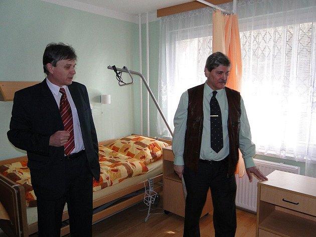 Pokoj v penzionu si prohlížejí radní Ivan Vrba a ředitel penzionu Jaroslav Chlebek (vlevo).