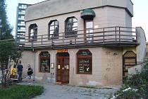 Restaurace Myslivna na sídlišti v Třinci – Lyžbicích je obklopena paneláky.