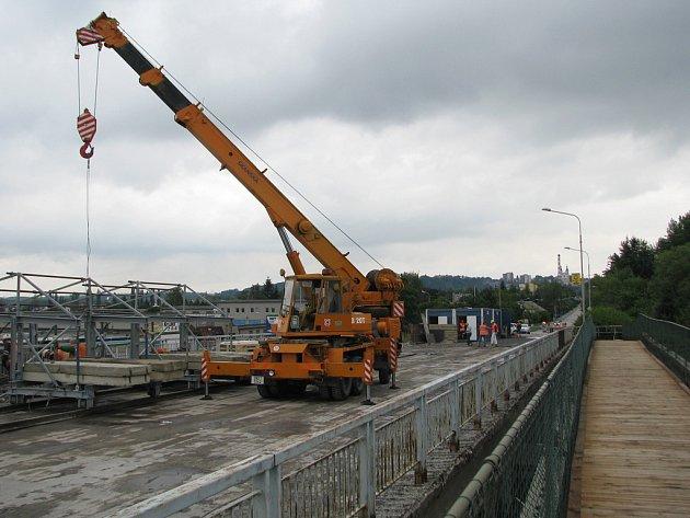 Oprava mostu u Hypernovy pokračuje už téměř dva měsíce a ke konci se ještě zdaleka nechýlí. Pěší mohou využívat provizorní lávku (na snímku vpravo).