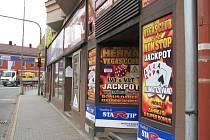 Na archivním snímku jedna z heren v centru Třince. Ve městě vyhlásili hazardu nulovou toleranci, po zákazu automatů a terminálů nyní dojde i na kasina.
