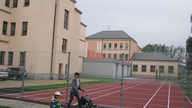 Nové hřiště u čtvrté základní školy ve Frýdku-Místku už je dokončeno.