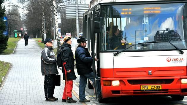 Cestující v třinecké části Terasa nastupují do autobusu MHD. Lidí, kteří tento typ dopravy využívají, znatelně ubývá.
