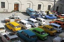 Klub přátel modrého dýmu pořádal během víkendu tradiční sraz veteránů. Na akci se sjeli zejména majitelé upravených trabantů, které byly k vidění v sobotu 17. září před zámkem ve Frýdku.