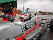 David Palmi si upravuje zrcátko své národní formule těsně před startem prvního závodu loňské sezony na brněnském okruhu.