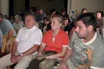 Na jednání jablunkovského zastupitelstva přišly desítky lidí. Většina z nich žije v Bělé.