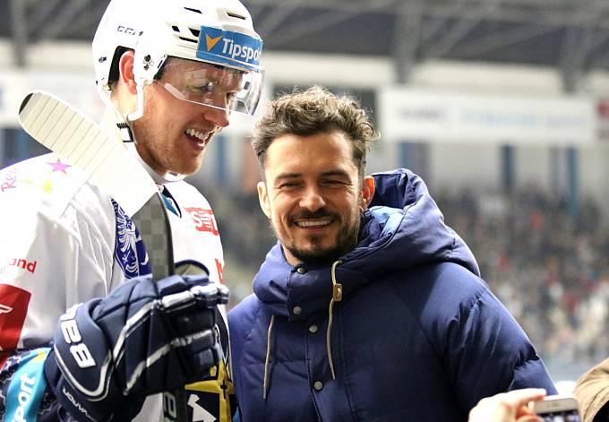 Orlando Bloom na hokeji. Britský herec se v neděli před utkáním pozdravil s Kladeňáky, ale zašel i na střídačku Třince.