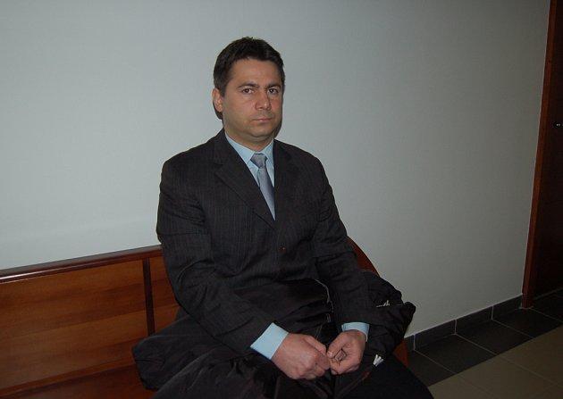 Bohuslav Staroň čeká na začátek hlavního líčení.