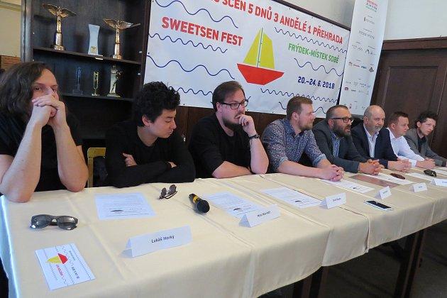 Úterní tisková konference ke Sweetsen festu - druhý zleva Mirai Navrátil, třetí zleva David Stypka.